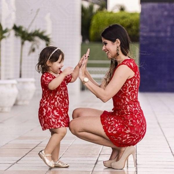 mãe e filha com vestido de renda vermelho