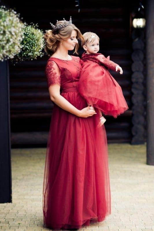mãe e filha com vestido vermelho longo