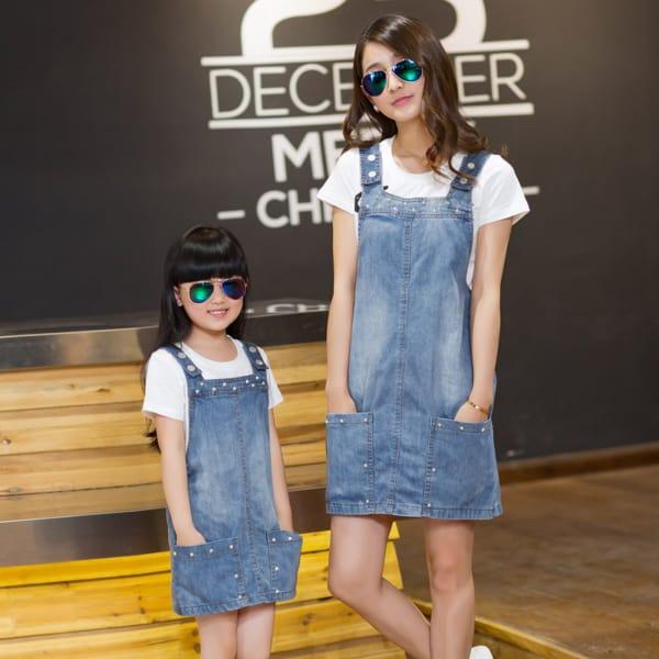 vestido jardineira jeans para mãe e filha