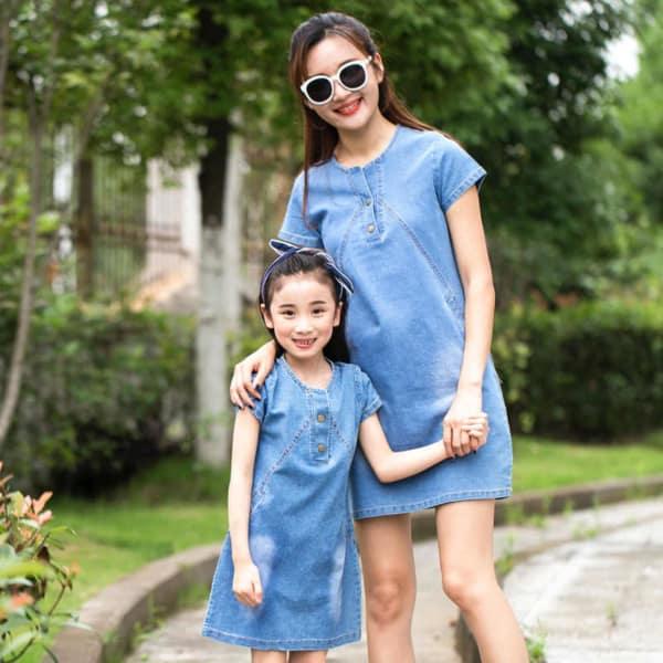 mãe e filha com vestido curto jeans