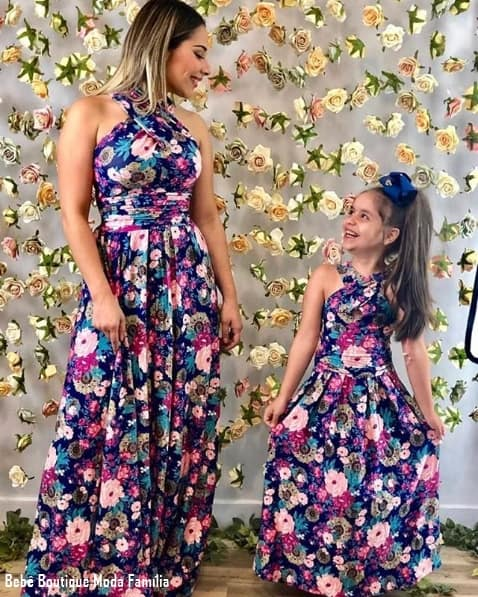 44 mãe e filha com vestido floral longo