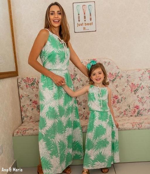 45 mãe e filha com vestido longo estampado