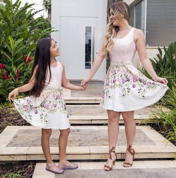 mãe e filha com vestido curto para festa
