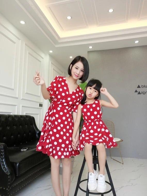 mãe e filha com vestido vermelho de bolinhas brancas