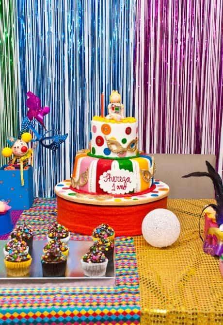 Bolo colorido para festa de carnaval