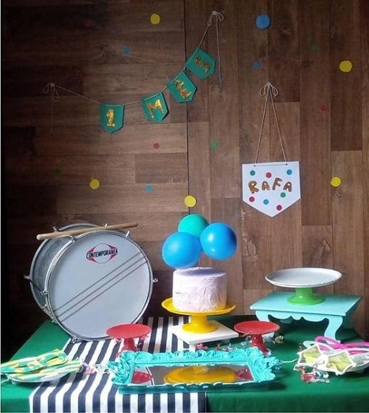 decoração simples e barata para mesversário de carnaval