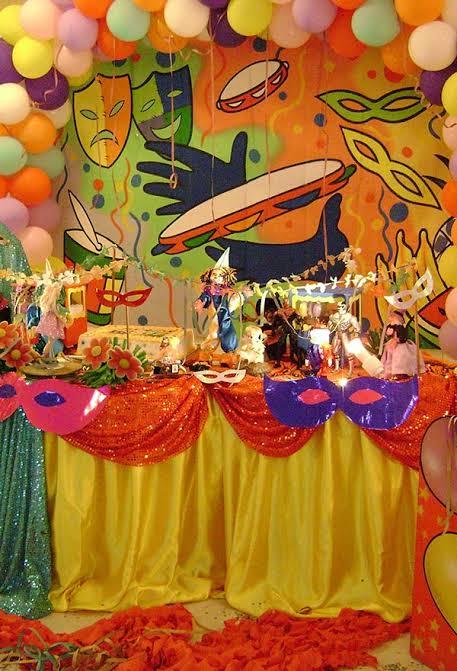 decoração colorida e com brilho para mesversário