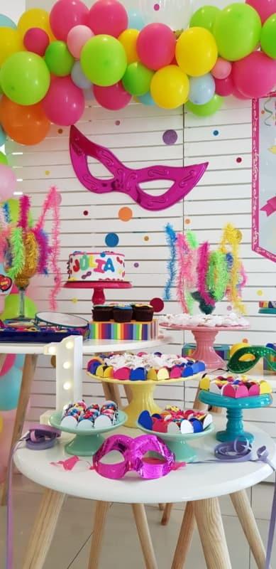decoração criativa de carnaval para mesversário