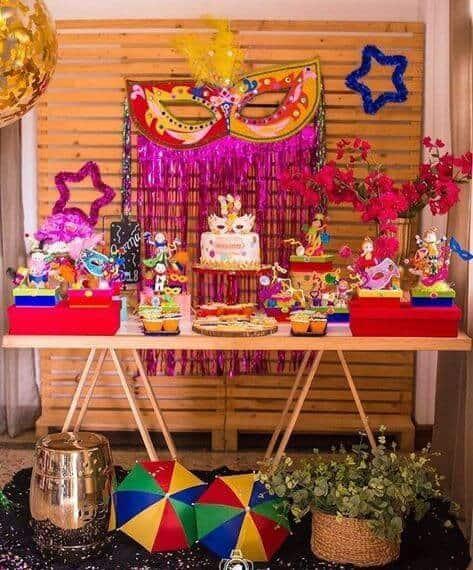 decoração de carnaval com mesa cavalete