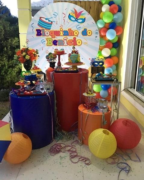 decoração mesversário bloquinho de carnaval