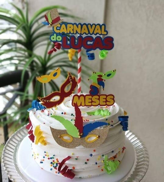 bolo simples com decoração de carnaval