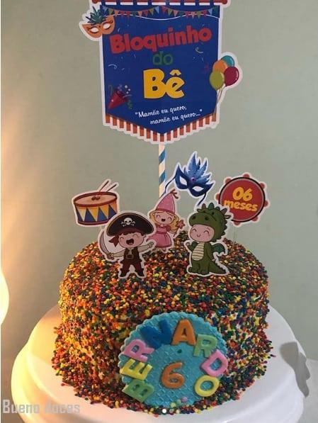 bolo de mesversário decorado com confeitos