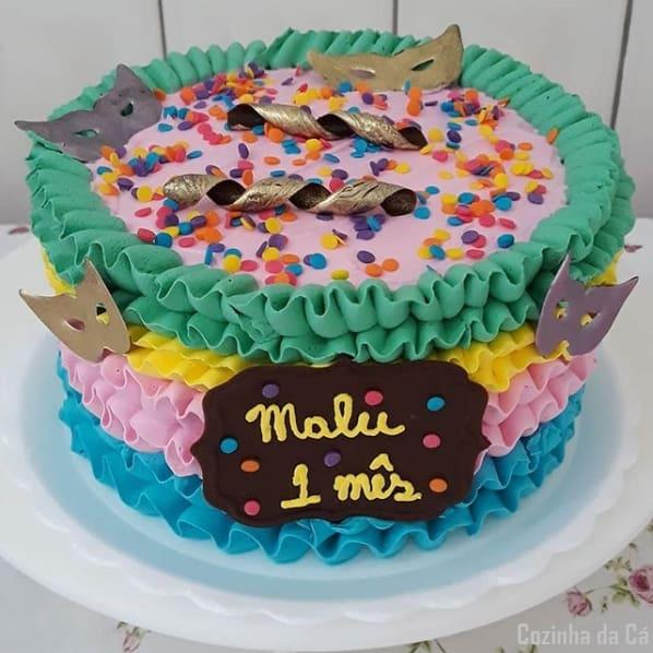 bolo decorado com chantilly para mesversário