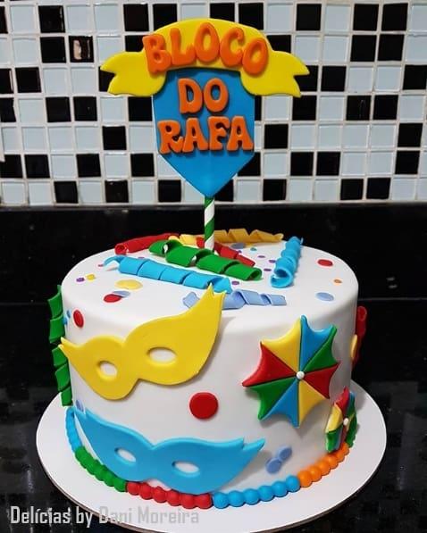 bolo de pasta americana decorado com tema de carnaval