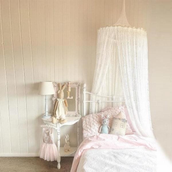 Cama com cortinas brancas delicadas estilo princesa