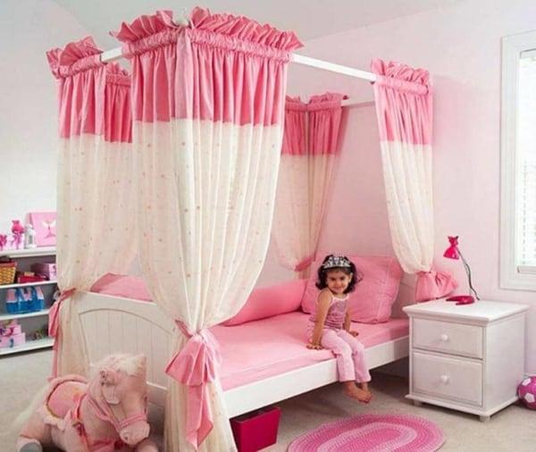 Dossel rosa e branco em cama de princesa