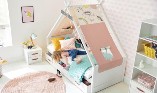 Modelo de quarto com cama de casinha e decoração de unicórnio