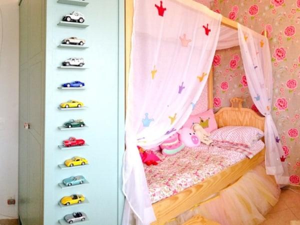 Quarto infantil com cama princesa com dossel