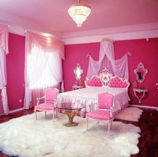 Quarto pink com cama de princesa capitonê