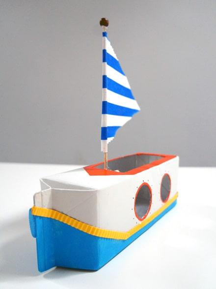 brinquedo com caixa de leite barco a vela