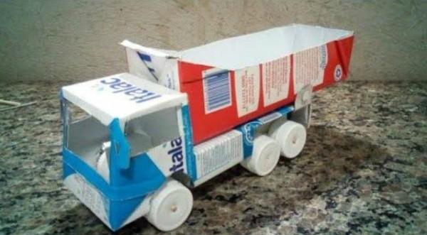 brinquedo com caixa de leite caminhão