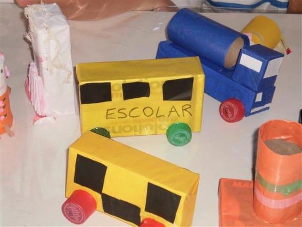 brinquedo com caixa de leite carros