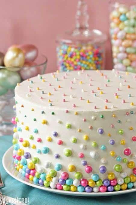 Bolo Mesversário Páscoa decorado com bolinhas coloridas27