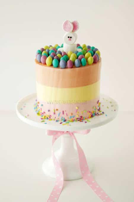 Bolo Mesversário Páscoa decorado com camadas coloridas31