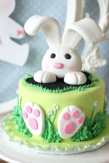 Bolo Mesversário Páscoa decorado com coelhinho de pasta americana23