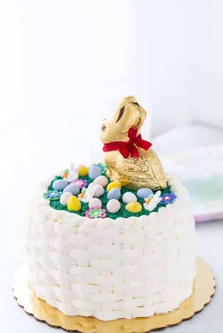 Bolo Mesversário Páscoa decorado com coelhinho dourado28