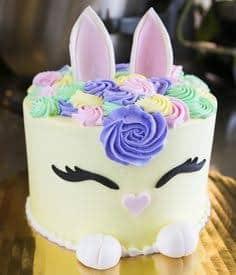Bolo Mesversário Páscoa decorado com coelhinho22