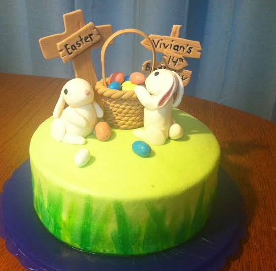 Bolo Mesversário Páscoa decorado com coelhinhos24