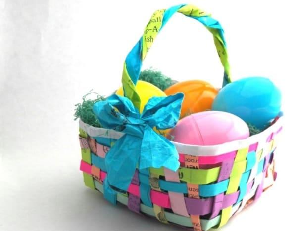 Cestinha colorida feita com jornal para Páscoa
