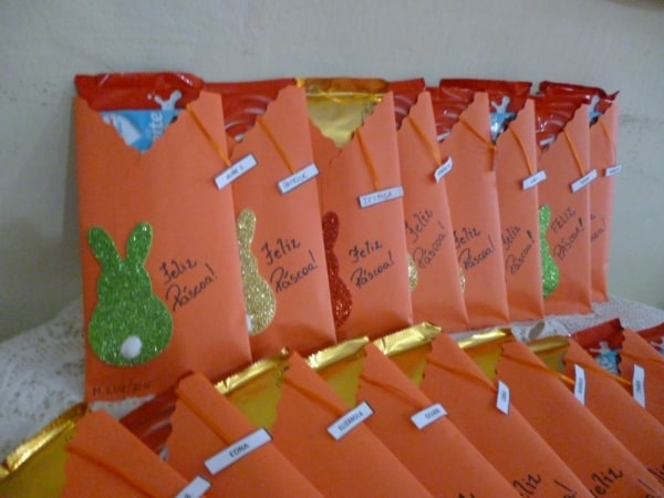 Envelope simples com chocolate para a Páscoa da criançada