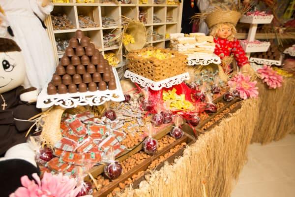 Festa Junina Infantil mesa com doces