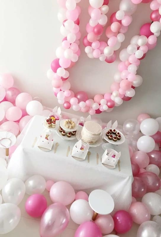 Mesversário Páscoa decoração com balões cor de rosa13