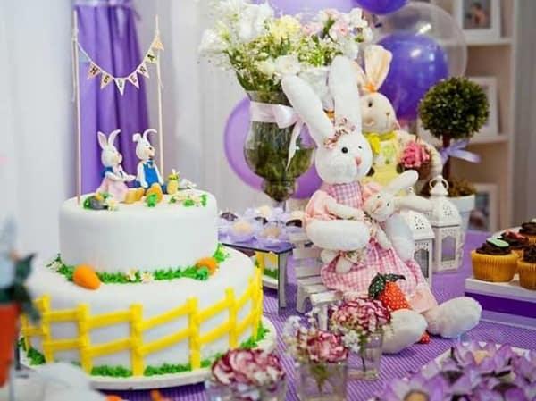 Mesversário Páscoa decoração com coelhinhos de pelúcia3