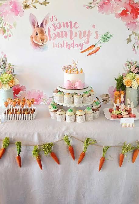 Mesversário Páscoa decoração com varal de cenourinhas15