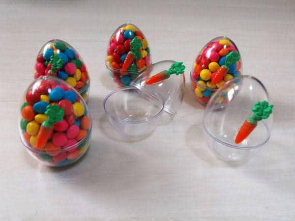 Ovo de plático com confeitos coloridos para lembrancinha Mesversário de Páscoa54