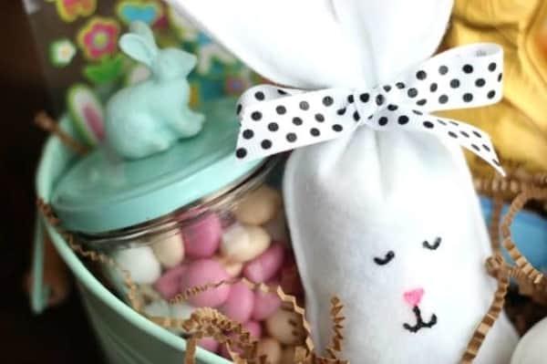 Sacolinha em feltro com chocolates para lembrancinhas de Páscoa para professores32