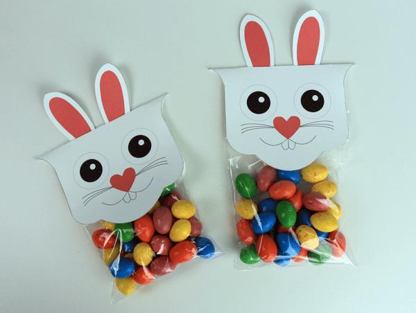 Saquinho com doces para lembrancinha de Páscoa