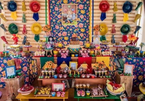 linda mesa de Festa Junina Infantil