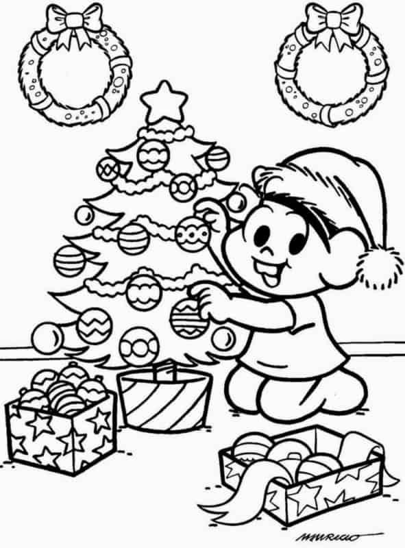 Mônica com árvore pequena de natal