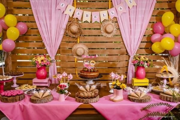 decoração junina de festa de mesversário rosa