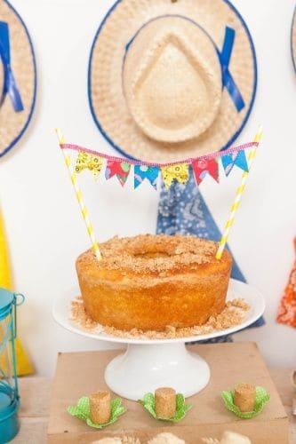 bolo sem cobertura e decorado para mesversário de bebê