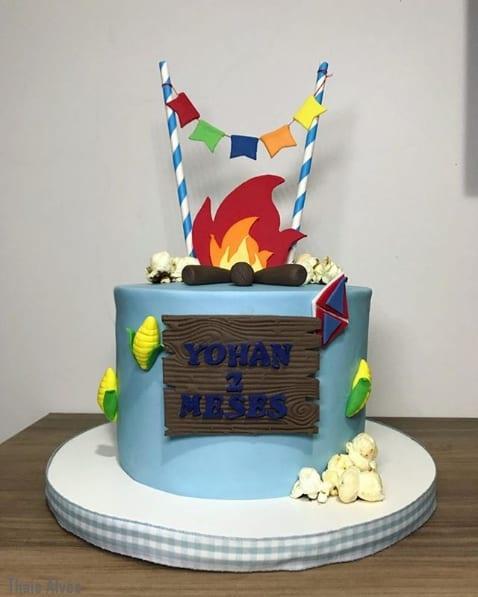 bolo de mesversário junino decorado em azul