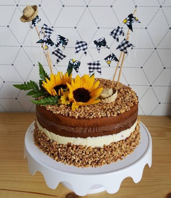 bolo naked cake para festa de meserversário junino