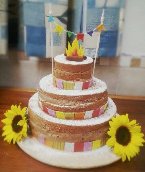 bolo naked cake de 3 andares para mesversário junino