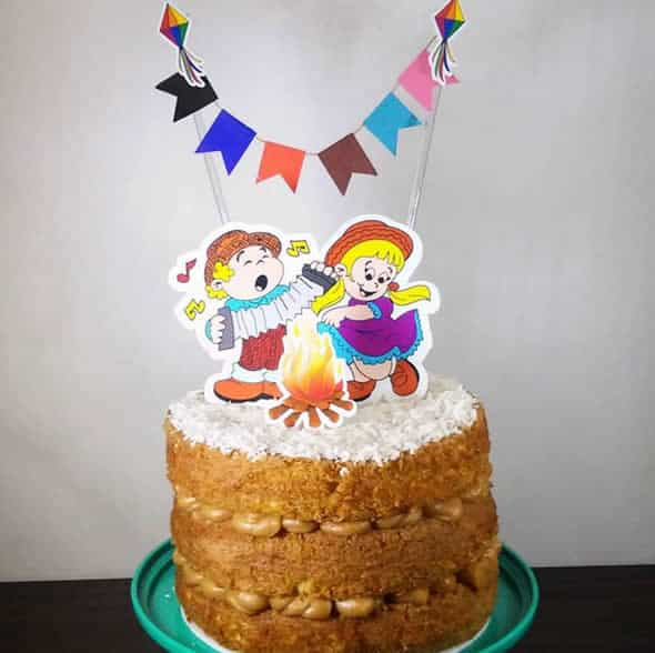 naked cake simples com toppers de festa junina