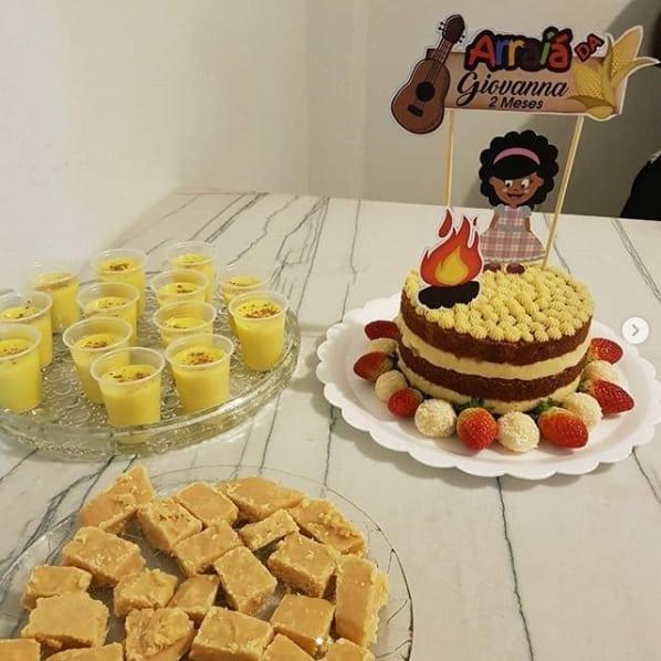 naked cake de mesversário decorado com toppers